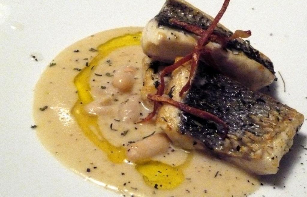 Ricetta filetti di branzino con crema di cannellini e croccantino di speck cucchiaio d 39 argento - Filetto di orata al forno su letto di patate ...