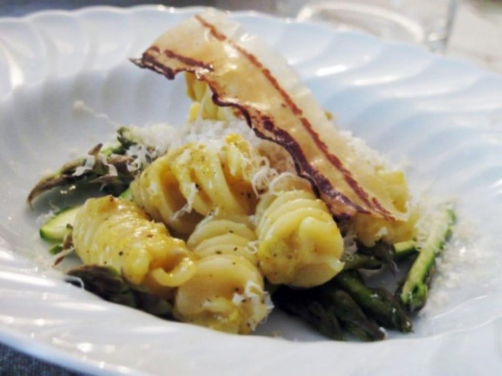 Ricetta Fusilli alla carbonara con asparagi e pancetta