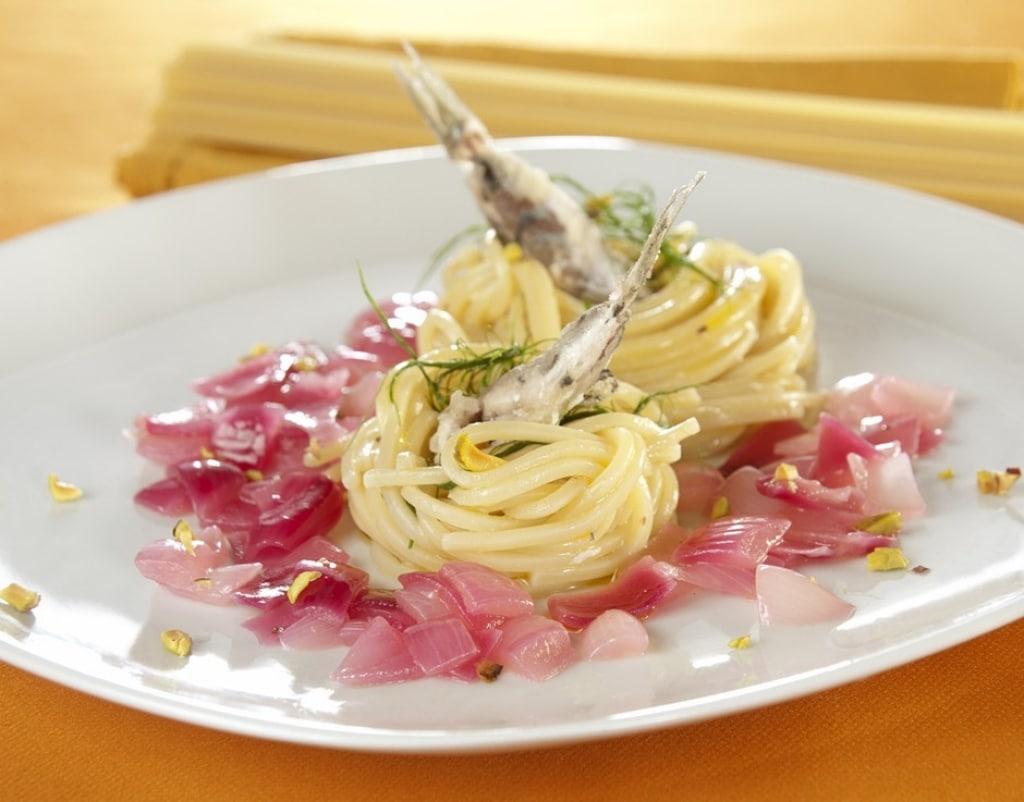 Ricetta nidi di spaghetti alla chitarra con alici e tropea for Spaghetti ricette