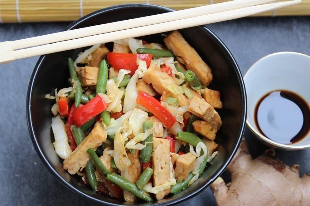 ricetta tempeh saltato con verdure zenzero e salsa di