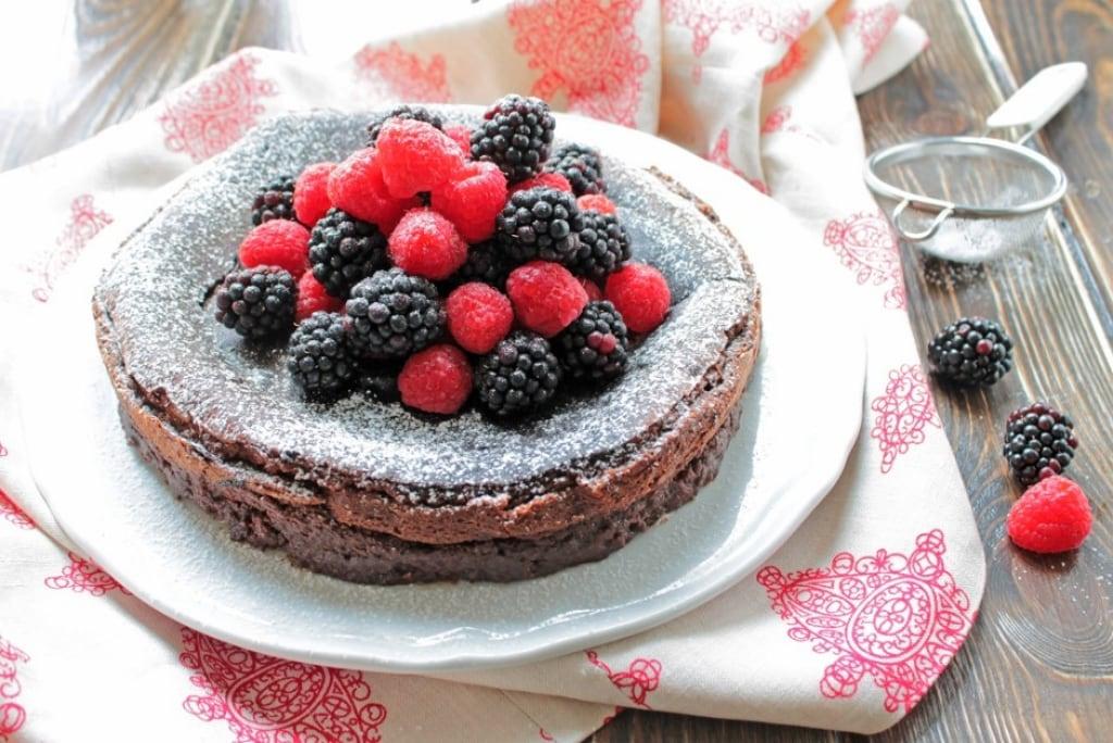 Ricetta torta al cioccolato fondente e frutti di bosco for Decorazioni torte con fragole e cioccolato