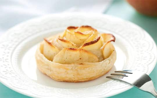 Rose di pasta sfoglia e mele alla cannella