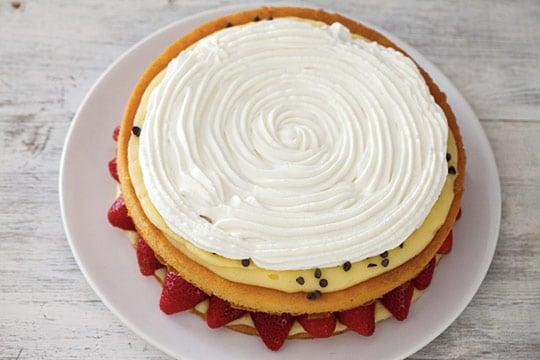 Torta Pan di Spagna, fragole e panna - Video ricetta by Il ...