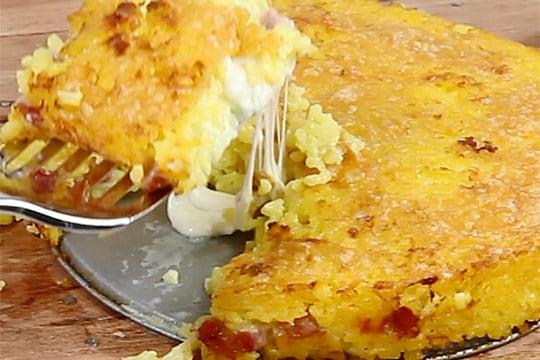 Pastel de risotto amarillo gratinado
